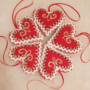 Hímzett karácsonyi kis szív 5 db. szett, Karácsony & Mikulás, Karácsonyfadísz, Hímzés, Varrás, Filcből varrtam és hímeztem a karácsonyi kis szív díszt, melynek mérete szalaggal együtt 16 cm. A sz..., Meska