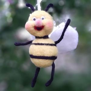 Méhecske - nemezelt függődísz, Otthon & Lakás, Dekoráció, Függődísz, Nemezelés, Mindenmás, Zseníliadrót, és gyapjú felhasználásával - főként tűnemezelés technikával - készült ez kedves kis mé..., Meska
