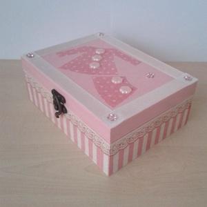 Rózsaszín-fehér doboz strasszokkal, Lakberendezés, Otthon & lakás, Tárolóeszköz, Doboz, Gyerek & játék, Decoupage, transzfer és szalvétatechnika, Festett tárgyak, Dekupázs technikával készült 18 X13,5 X 7 cm méretű fadoboz.\nBelső és külső része is rózsaszín-fehér..., Meska