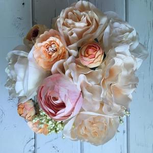 Virágdoboz, Otthon & lakás, Dekoráció, Dísz, Csokor, Lakberendezés, Asztaldísz, Virágkötés, Natúr fadobozt fehérre festettem és selyemvirágokkal díszítettem. Mérete 13*13 cm., Meska