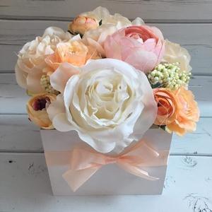 Virágdoboz, Otthon & lakás, Dekoráció, Dísz, Csokor, Lakberendezés, Asztaldísz, Virágkötés, Natúr fadobozt fehérre festettem és selyemvirágokkal díszítettem. Mérete 13*13 cm. Kérhető rá felira..., Meska
