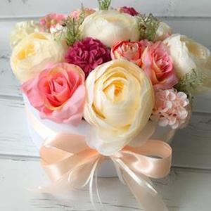 Kerek virágdoboz rózsaszín és bézs selyemvirágokkal, Otthon & lakás, Dekoráció, Dísz, Csokor, Lakberendezés, Asztaldísz, Virágkötés, Kerek, fehér papírdobozba selyemvirágokat, rózsákat és terméseket tettem, A dobozt barack színű szat..., Meska