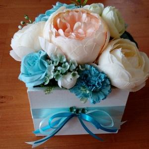kék virágdoboz, Csokor & Virágdísz, Dekoráció, Otthon & Lakás, Virágkötés, 13x13 cm-es fehérre festett fadobozt kék, rózsaszín és vajszínű minőségi selyemvirágokkal díszítette..., Meska