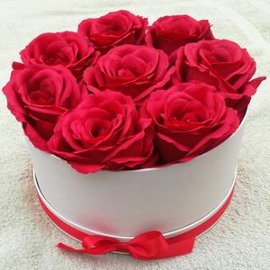 Anyák napi rózsa, Otthon & Lakás, Lakberendezés, Virágkötés, Gyönyörű piros rózsákkal díszítettem egy átm.  20 cm-es dobozt., Meska