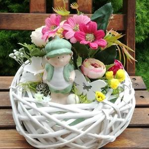 """Nyári asztaldísz, virágdoboz, virágdísz, Otthon & Lakás, Dekoráció, Asztaldísz, Virágkötés, 20 cm-es fonott tálkát díszítettem virágokkal, termésekkel és egy \""""kis kertésszel\""""., Meska"""