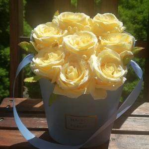 Nyári asztaldísz, virágdoboz, virágdísz, Otthon & Lakás, Dekoráció, Dísztárgy, Virágkötés, Kék papírdobozt díszítettem gyönyörű sárga rózsákkal. Pedagógusnapra, névnapra, születésnapra szép a..., Meska
