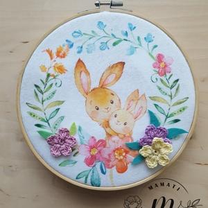 Cuki erdei állatok hímzőkeretben nyuszik, Otthon & lakás, Dekoráció, Gyerek & játék, Baba-mama kellék, Lakberendezés, Horgolás, Hímzés,  Filc képet dolgoztam hímzőkeretbe , horgolt  virágokkal és filc levélkékkel  dekoráltam.\nA kép átmé..., Meska