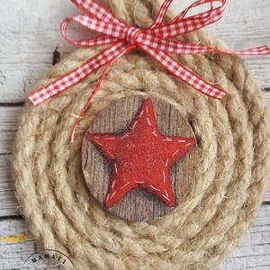 Csillagos karácsonyi dekorációs koszorú, ajtókopogtató, Otthon & lakás, Dekoráció, Lakberendezés, Ajtódísz, kopogtató, Ünnepi dekoráció, Karácsonyi, adventi apróságok, Karácsonyi dekoráció, Virágkötés, Festett tárgyak, Koszorút kötöttem, kenderkötélből, faszeletre készült a közepén a dekoráció.\nMás méretben is kérhető..., Meska