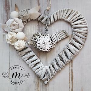 Egy kevés törtfehér romantika, koszorú, kopogtató, ünnepi dísz, Dekoráció, Otthon & lakás, Lakberendezés, Ünnepi dekoráció, Karácsony, Karácsonyi dekoráció, Koszorú, Festett tárgyak,  Fonott alap, festettem, textil  virágokkal és filc levélkékkel  dekoráltam. Egy falatnyi régi csipk..., Meska