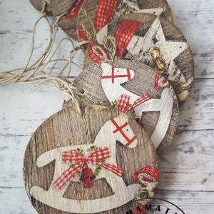 rusztikus karácsanyfadíszek fa alapon, fenyődísz, dekoráció, Karácsony & Mikulás, Karácsonyfadísz, Mindössze 6-8 cm az átmérője ennek a bűbájos fenyődísznek,   , Meska