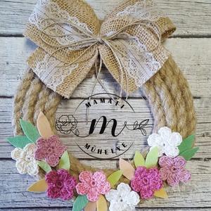 Tavaszi virágok dekorációs koszorú, ajtókopogtató,választható masnival, Otthon & lakás, Dekoráció, Esküvő, Esküvői dekoráció, Lakberendezés, Ajtódísz, kopogtató, Virágkötés, Horgolás, Koszorút kötöttem, kenderkötélből, kézzel készített horgolt virágaim és filc levélkék díszítik. Juta..., Meska