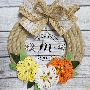 Sárga tavaszi virágok dekorációs koszorú, ajtókopogtató, Otthon & lakás, Dekoráció, Esküvő, Esküvői dekoráció, Lakberendezés, Ajtódísz, kopogtató, Virágkötés, Horgolás, Koszorút kötöttem, kenderkötélből, kézzel készített horgolt virágaim és filc levélkék díszítik.\nMére..., Meska