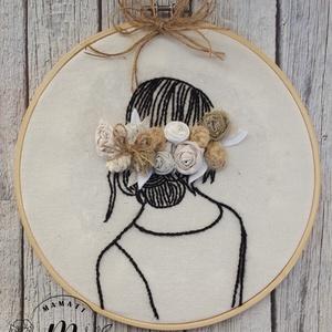 Rózsák és hímzés dekorációs kép, Otthon & lakás, Dekoráció, Kép, Lakberendezés, Falikép, Hímzés, Patchwork, foltvarrás,  kézzel hímeztem ezt a női fejet, és textil rózsákból kapta a hajdíszt, hímzőkeretbe erősítettem, \nK..., Meska