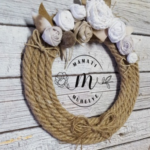 Romantikus rózsás, akár esküvőre is, dekorációs koszorú, ajtókopogtató, Otthon & lakás, Dekoráció, Esküvő, Esküvői dekoráció, Lakberendezés, Ajtódísz, kopogtató, Virágkötés, Újrahasznosított alapanyagból készült termékek, Koszorút kötöttem, kenderkötélből, kézzel készített textil virágaim és filc levélkék díszítik.\nMéret..., Meska
