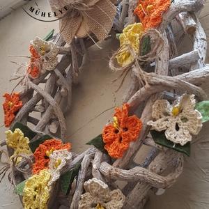 40 cm vessző koszorú Sárga tavaszi virágok dekorációs koszorú, ajtókopogtató, Otthon & Lakás, Dekoráció, Koszorú, vessző koszorúalapot kézzel készített horgolt virágaim és filc levélkék díszítik. Mérete: 40 x 40 cm..., Meska