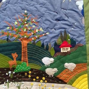 Tavasz, Otthon & Lakás, Dekoráció, Kép & Falikép, Varrás, Patchwork, foltvarrás, Megmutatom, milyen tavaszi faliképet varrtam egyéltalános iskola elsőseinek....\nMérete 90 x 70 cm...., Meska