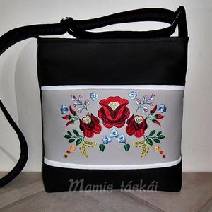 Fekete hímzett textilbőr táska 02.16 (mamis) - Meska.hu