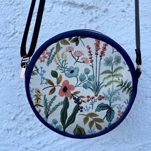 Virágmintás kör alakú oldaltáska, Táska, Divat & Szépség, Táska, Válltáska, oldaltáska, Varrás, Egyedi virágmintás, kis méretű, kör alakú táska vállon keresztben hordható. Canvas és műbőr kombinál..., Meska