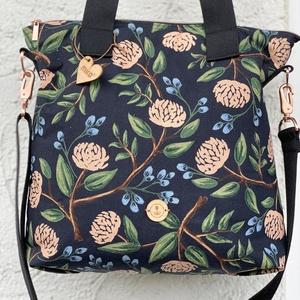 Secret Garden fekete virágmintás pamutvászon válltáska/oldaltáska, Táska, Divat & Szépség, Táska, Válltáska, oldaltáska, Varrás, Virágmintás pamutvászonból készült nagy méretű válltáska, mely kényelmesen és bőven pakolható. A tás..., Meska