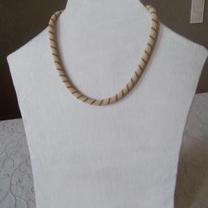 Bézs gyöngy nyaklánc, Gyöngyös nyaklác, Nyaklánc, Ékszer, Gyöngyfűzés, gyöngyhímzés, Japán bézs és bronz színű gyöngyökből készítettem ezt a nyakláncot antikolt fém kiegészítőkkel.\nEgys..., Meska