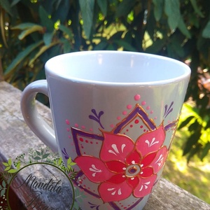 PinkPiros virág bögre, Otthon & lakás, Konyhafelszerelés, Bögre, csésze, Festett tárgyak, \nKézzel festett bögre . 3 dl\nVilágos szürke bögrére festettem .\nA piros a vér színe ,erő,tűz,hatalom..., Meska