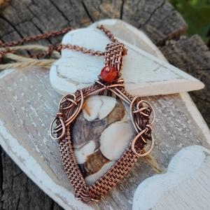 Mogyoró réz nyaklánc, Ékszer, Ékszerkészítés, Fémmegmunkálás, Bézs-barna ásványból készült romantikus ékszer. Egy pici karneol narancs szín, ad neki karakter.\nAnt..., Meska