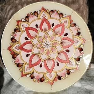 beige mandala, Otthon & Lakás, Dekoráció, Mandala, Festett tárgyak, 30 cm átmérőjű üveglapra, üvegfestékkel festett, falra akasztható.\nA mandalák keleti kultúrákból szá..., Meska