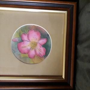 Rózsaszín virág (selyemkép), Képzőművészet, Otthon & lakás, Festmény, Festmény vegyes technika, Dekoráció, Festészet, Selyemkép\n23*23 cm kerettel együtt. \nNem véletlen a kerek formátum, a virág\nolyan szép, hogy elég be..., Meska