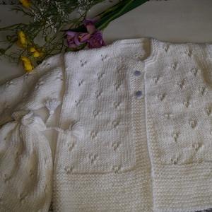 Fehér pulóver sapkával - ruha & divat - babaruha & gyerekruha - pulóver - Meska.hu