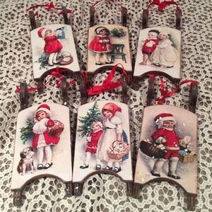 Karácsonyi szánkócskák, pirosban., Karácsonyfadísz, Karácsony & Mikulás, Papírművészet, Rendelésre készült  6 db piros szánkócska.\nPiros-arany karácsonyfának igazán szép dísze lehet.\nMéret..., Meska