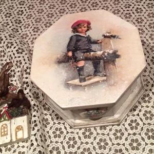 Karácsonyi cukorkás doboz., Dekoráció, Otthon & lakás, Ünnepi dekoráció, Karácsony, Karácsonyi dekoráció, Decoupage, transzfer és szalvétatechnika, Karácsonyi cukorkás doboz, részben kézzel festett.\nTehetsz bele, cukorkát, csokit, mézeskalácsot. Aj..., Meska