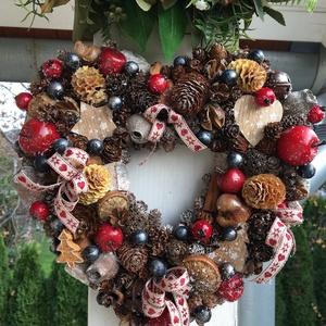Karácsonyi ajtódísz, kopogtató., Otthon & lakás, Dekoráció, Ünnepi dekoráció, Karácsony, Karácsonyi dekoráció, Lakberendezés, Ajtódísz, kopogtató, Virágkötés, Szív alakú karácsonyi ajtódísz, piros almával és liláskék bogyókkal díszítve. \nKicsit havas, kicsit ..., Meska