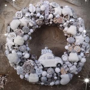 Karácsonyi ajtódísz., Otthon & lakás, Dekoráció, Lakberendezés, Ajtódísz, kopogtató, Virágkötés, Kisautó, sapka, sál, kesztyű, számok....fehér, ezüst, havas, csillámporos, mert úgy is jönnek a hide..., Meska