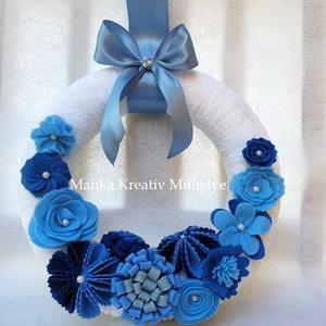 Ajtódísz filc virágokkal - kék, Otthon & lakás, Lakberendezés, Ajtódísz, kopogtató, Varrás, Tavaszi – nyári ajtódísz kézzel készült filc virágokkal díszítve.\n\nA 25 cm-es tűzött széna koszorú a..., Meska
