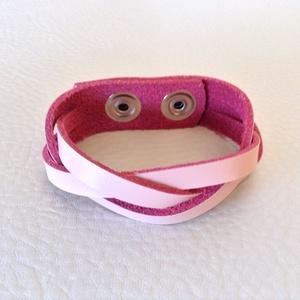 Fonott rózsaszín bőr karkötő, Ékszer, Karkötő, Bőrművesség, Valódi marhabőrből készült fonott karkötő.\n\nHossza 19 cm, szélessége 2 cm, színe rózsaszín, 2 db nik..., Meska