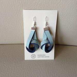 CSOMÓ fülbevaló világoskék, Lógó fülbevaló, Fülbevaló, Ékszer, Bőrművesség, Valódi marhabőrből készült fülbevaló nikkel fémkellékekkel.\n\nA fülbevaló teljes hossza 7 cm, színe v..., Meska