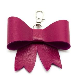 MASNI kulcstartó/táskadísz pink, Táska & Tok, Kulcstartó & Táskadísz, Táskadísz, Bőrművesség, Pink színű puha juh nappa bőrből készült masni formájú kulcstartó/táskadísz ezüst színű fém karabine..., Meska