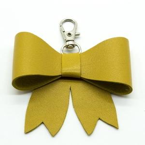 MASNI kulcstartó/táskadísz mustársárga, Táska & Tok, Kulcstartó & Táskadísz, Táskadísz, Bőrművesség, Mustársárga színű puha juh nappa bőrből készült masni formájú kulcstartó/táskadísz ezüst színű fém k..., Meska