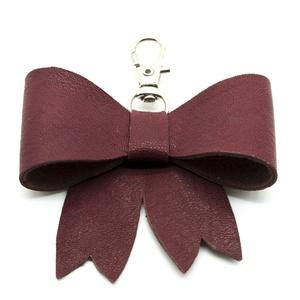 MASNI kulcstartó/táskadísz mályvaszínű, Táska & Tok, Kulcstartó & Táskadísz, Táskadísz, Bőrművesség, Mályvaszínű puha juh nappa bőrből készült masni formájú kulcstartó/táskadísz ezüst színű fém karabin..., Meska