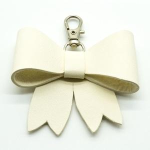 MASNI kulcstartó/táskadísz fehér, Táska & Tok, Kulcstartó & Táskadísz, Táskadísz, Bőrművesség, Fehér színű puha juh nappa bőrből készült masni formájú kulcstartó/táskadísz ezüst színű fém karabin..., Meska