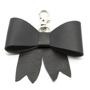 MASNI kulcstartó/táskadísz palaszürke, Táska & Tok, Kulcstartó & Táskadísz, Táskadísz, Bőrművesség, Palaszürke színű puha juh nappa bőrből készült masni formájú kulcstartó/táskadísz ezüst színű fém ka..., Meska