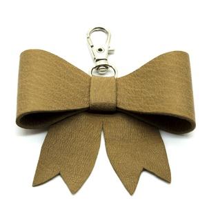 MASNI kulcstartó/táskadísz dohánybarna, Táska & Tok, Kulcstartó & Táskadísz, Táskadísz, Bőrművesség, Dohánybarna színű puha juh nappa bőrből készült masni formájú kulcstartó/táskadísz ezüst színű fém k..., Meska