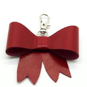 MASNI kulcstartó/táskadísz piros, Táska & Tok, Kulcstartó & Táskadísz, Táskadísz, Bőrművesség, Piros színű puha juh nappa bőrből készült masni formájú kulcstartó/táskadísz ezüst színű fém karabin..., Meska
