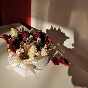 Téli örök virágbox, Karácsony, Karácsonyi dekoráció, Otthon & lakás, Dekoráció, Dísz, Virágkötés, Téli hangulatú virágbox, amit garantáltan elővehetsz a következő szezonban is. Ezért ajándéknak is j..., Meska