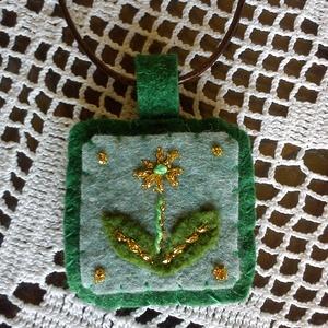 Zöld filc nyaklánc arany szállal hímezve - virág, Ékszer, Nyaklánc, Medál, Hímzés, Varrás, Az arany szállal hímzett filc medál 4x4cm. Állítható nyaklánczsinóron lóg.\n\n(Pay-pal-lal is fizethet..., Meska