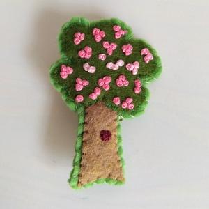 Hímzett Filc kitűző: virágzó fa, Ékszer, Kitűző, bross, Varrás, Hímzés, Cseresznyevirágzás - csak mert már várom a tavaszt... Zöld és barna filcből varrtam ezt a kedves kit..., Meska