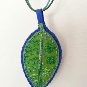 Hímzett filc nyaklánc - levél, zöld - kék, Ékszer, Nyaklánc, Medál, Hímzés, Varrás, Hímzett gyapjúfilc nyaklánc egy kék és egy zöld viaszos nyaklánczsinóron, kék zöld árnyalatokkal. A ..., Meska