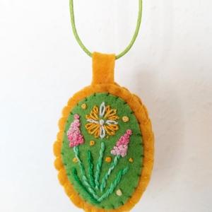 Hímzett filc nyaklánc - virágos, zöld alappal, sötétsárga kerettel, zöld viaszos nyaklánczsinórral, Ékszer, Nyaklánc, Medál, Hímzés, Varrás, Gyapjúfilcből készítettem ezt a nyakláncot. Virágcsokrot hímeztem ürezöld alapra, a kerete pedig söt..., Meska
