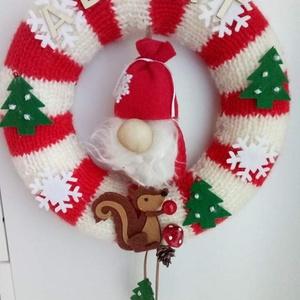 Ajtódísz, kopogtató, vendègváró, Otthon & Lakás, Karácsony & Mikulás, Karácsonyi kopogtató, Kötés, Vendèg váró, az ajtók őre. Kötött, egyedi koszorú 25 cm nagyságú, a manó 11 cm., Meska