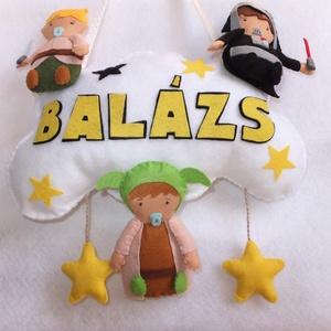 Névtábla - Csillagok háborúja, Gyerek & játék, Gyerekszoba, Mobildísz, függődísz, Varrás, Filc anyagból, star wars-os babákat készítettem, akiket a név felirattal ellátott felhőre rávarrtam...., Meska